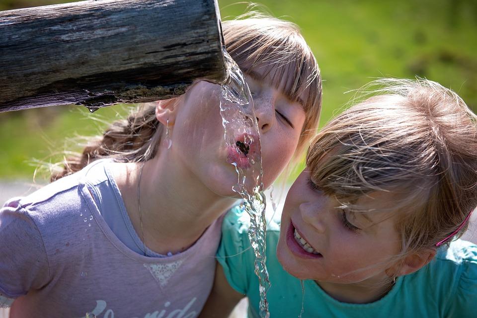 Хидратацията при децата – кои са полезните напитки и в какви количества