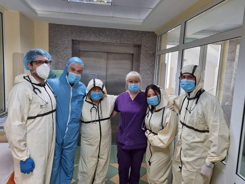 Медиците от COVID-19 отделението поздравиха пациентите си с шарени великденски яйца