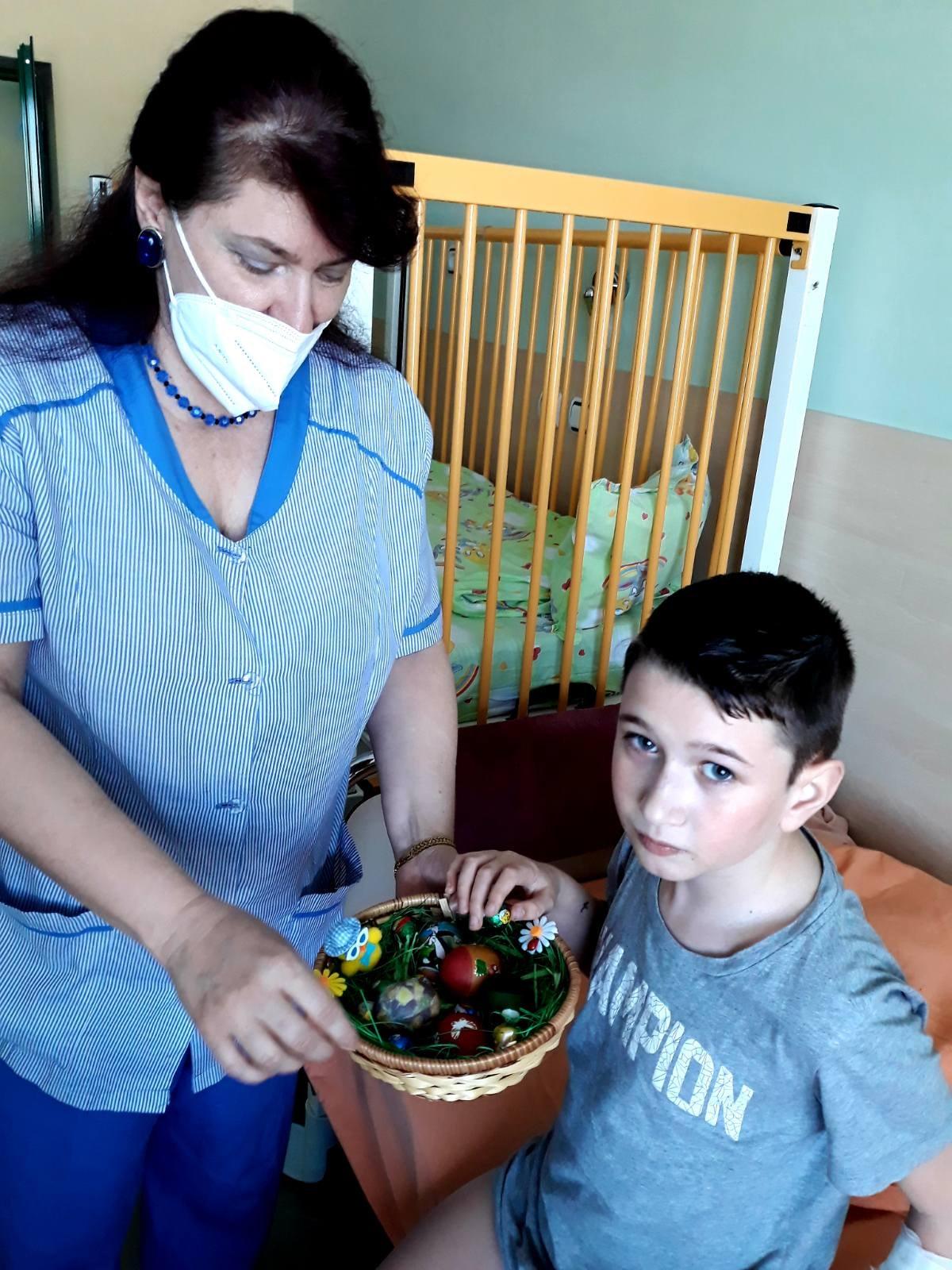 Педиатрите от Детско отделение се чухнаха с великденски яйца за здраве с малките си пациенти